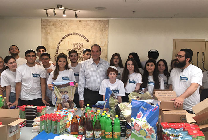 Rabbi Eckstein and a group of volunteers